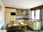 Cocina con todos los útiles y electrodoméstico necesarios con terraza de 30m2.