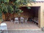El porche comunica con el jardín
