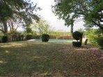Vue sur le jardin et le bassin de nage sécurisé 12m par 3m