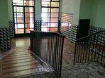 Portal, con rampa de acceso, para personas con movilidad reducida.