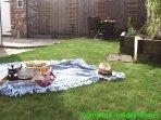 Giardino con prato e patio