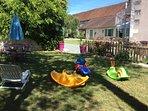 Jardin privatif avec jeux pour enfants