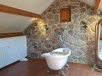 Gran baño en habitación privada con bañera grande para dos y ducha
