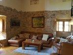 Salon con chimenea y tv, salida a cocina y acceso a suit superior.