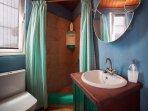 La unión de lo antiguo y moderno, baño totalmente equipado.