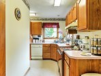 This kitchen has all of the necessary equipment and gadgets for preparing afternoon snacks and daily meals.