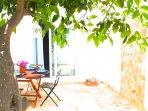 La colazione è il più importante pasto della giornata. A tua disposizione un tavolo in giardino.