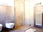 Un bagno confortevole con box doccia offrono agli ospiti un piacevole relax.