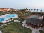 Vista instalaciones comunes: Piscina, chiringuito, pista de tenis, pistas de padel,  parque infantil