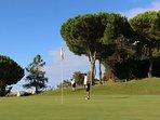 Campo de golf de 27  hoyos a menos de un km de la urbanización.