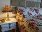 cama de casal com abajur