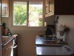 Cocina con frigorífico, microondas, lavadora-secadora, lavavajillas, horno. Completamente equipada.