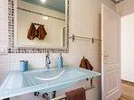 Coqueto baño, con lavabo de cristal al ácido, gresite....