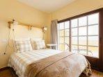 Primera habitación con cama de matrimonio, muy luminoso, sábanas de algodón, con acceso a la terraza