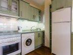 Cocina totalmente equipada, con todos los electrodomésticos necesarios para su uso.
