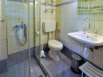Villa VIOLA+JASMINE. Il bagno e box doccia di villa VIOLA. Scorrevoli e portaoggetti in cristallo.