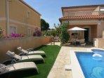 Estupendo jardin y piscina privada