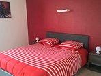 Chambre rouge lit 160x200 située au rdc