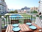 Vistas desde la terraza, a la piscina, playa y castillo