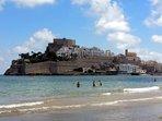 Vista del Castillo desde la playa frente a la urbanización