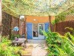Entrée et jardinet privatif