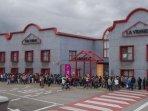 Centro cultural La Vidriera (cine, piscina, exposiciones, actos culturales...) a unos 700 metros.