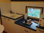 Chambre bleue Kitchenette équipée (frigo,grille pain,bouilloire,couverts)