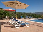 Het heerlijke zwembad met royale terrassen en schitterende vergezichten op de Andalusische natuur