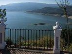 Uitzicht over het meer van Iznajar. Er zijn ook strandfaciliteiten aanwezig met twee restaurants
