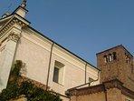 La vicinissima Chiesa di San Leonardo ed il campanile Trecentesco.