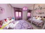 La habitación Púrpura tiene una cama de matrimonio de 1,50 y un precioso cabecero