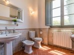 Bathroom with shower, hand basin, wc and bidet