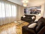 Salón con sofás super cómodos y reclinables.
