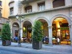 Calle Ganivet y Calle Navas, situadas al lado del apartamento. Son ideales para salir a tomar algo.