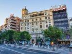 'Edificio del Teatro Isabel la Católica y Edificio Banco Popular donde está el apartamento.