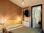 La nostra suite con letto matrimoniale alla francese, bagno privato con doccia, free wifi