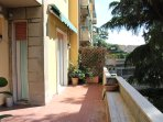 Terrazza abitabile di 25m2 con affacci sul verde accedibile da soggiorno e camera matrimoniale 1.