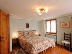 Camera da letto con letto matrimoniale.