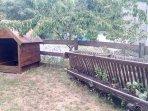 Comedero de ovejas y casita para niños, en el jardín pequeño