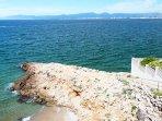 Acceso a la Cala de La Punta del Cavall, la playa más cercana a unos 50 metros de casa