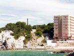 A 5 minutos a pie hay acceso a 2 playas más: La Cala Font y Cap de Salou. Y a 15 min. la Playa Larga