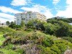El edificio está situado en la zona natural protegida conocida como 'Punta del Cavall'.