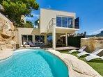 La maison avec piscine et bassin à débordement intégrés à la roche