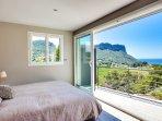 La chambre parentale et son balcon avec vue magnifique sur la mer et le Cap Canaille