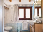 Residence Domaso, two-bedroom apartment, bathroom with window.
