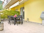 Residence Domaso, two-bedroom apartment, the outside's table with flowers.