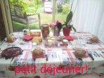 A table!! Vue sur le jardin  5€ le petit déjeuner par convive