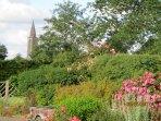 Le jardin, vue sur le clocher du village