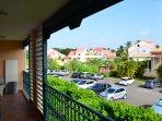vue à droite du balcon (vers la piscine et la plage)