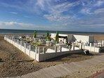 Plusieurs établissments sur  dirrectement sur la plage, de quoi passer de bons moments